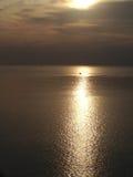 Reflexão do por do sol e da luz solar do mar da passagem do navio Imagens de Stock