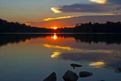 Reflexão do por do sol no lago Foto de Stock Royalty Free