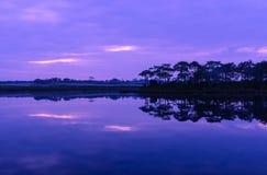 Reflexão do por do sol no lago foto de stock