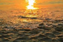 Reflexão do por do sol no mar fotografia de stock