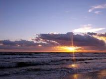 Reflexão do por do sol no mar Báltico Foto de Stock Royalty Free