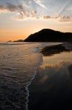 Reflexão do por do sol no oceano Imagens de Stock
