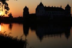 Reflexão do por do sol sobre o castelo fotografia de stock royalty free