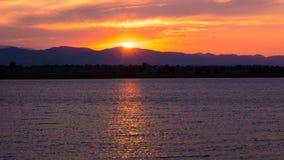 Reflexão do por do sol sobre Rocky Mountain Lake imagens de stock royalty free