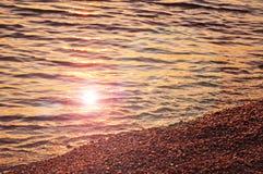 Reflexão do por do sol da praia fotografia de stock royalty free