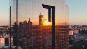 Reflexão do por do sol nas janelas de vidro de construção do espelho da elevação alta vídeos de arquivo