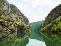 Reflexão do rio da montanha Fotos de Stock