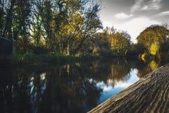 Reflexão do rio de Autumn Landscape em um aqueduto medieval em Escócia imagens de stock royalty free