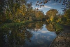 Reflexão do rio de Autumn Landscape em um aqueduto medieval em Escócia foto de stock royalty free