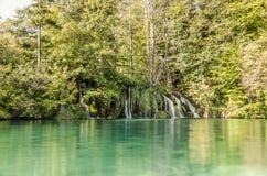 A reflexão do ` s da cachoeira em lagos Plitvicka estaciona Fotografia de Stock Royalty Free