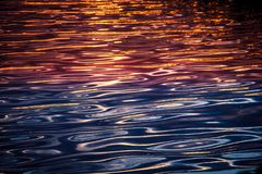 Reflexão do sol na água imagens de stock
