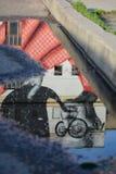 Reflexão do streetart na cidade velha de Kaunas fotos de stock royalty free