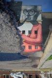 Reflexão do streetart na cidade velha de Kaunas imagens de stock royalty free