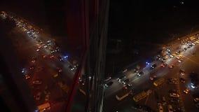 Reflexão do tráfego de cidade da noite no escritório Windows video estoque