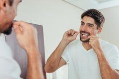 Reflexão dos dentes de escovadela do homem imagem de stock royalty free