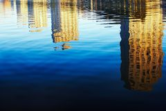 Reflexão dos edifícios na água imagens de stock
