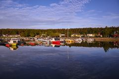 Reflexão dos iate na baía na água calma Foto de Stock Royalty Free