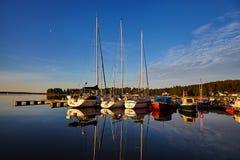 Reflexão dos iate na baía na água calma Imagem de Stock Royalty Free