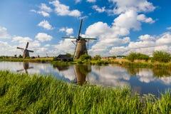 Reflexão dos moinhos de vento de Kinderdijk em Países Baixos imagem de stock royalty free