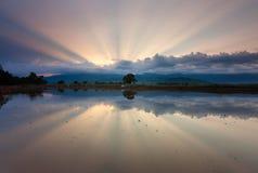 Reflexão dos raios de sol no nascer do sol Fotografia de Stock Royalty Free