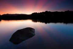 Reflexão dos raios de sol no nascer do sol Fotografia de Stock