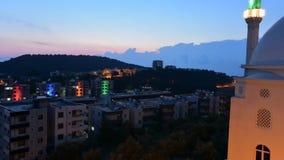 A reflexão e a luz do céu durante o por do sol do dia à noite decorrem em Turquia, movimento do timelapse da inclinação para baix filme