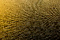 Reflexão e onda áspera no mar no por do sol Fotos de Stock Royalty Free