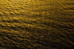 Reflexão e onda áspera no mar no por do sol Foto de Stock