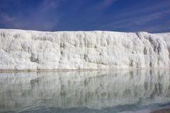 Reflexão em depósitos da água de rochas calcárias fotografia de stock