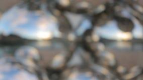 Reflexão em esferas de vidro decorativas, olhar criativo da arquitetura da cidade na cidade moderna vídeos de arquivo