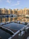 Reflexão em St Katharine Docks fotografia de stock