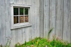 Reflexão em uma janela do jardim da casa da quinta Fotos de Stock Royalty Free