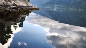 Reflexão ideal de Noruega - fiorde na água clara vídeos de arquivo