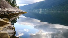 Reflexão ideal de Noruega - fiorde na água clara video estoque