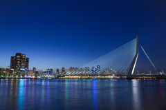 Reflexão moderna do por do sol da ponte da cidade Imagem de Stock Royalty Free