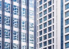 Reflexão moderna exterior da janela da fachada da construção da arquitetura Imagem de Stock