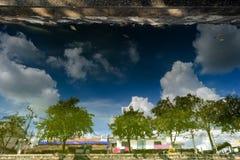 Reflexão na água Dia de verão quente em Chiang Mai Tailândia Foto de Stock Royalty Free