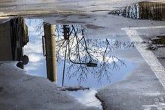 Reflexão na água na rua Fotografia de Stock