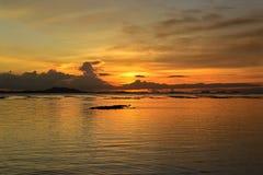 Reflexão na água no tempo do por do sol Imagem de Stock