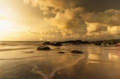 Reflexão na água no tempo do por do sol Fotografia de Stock Royalty Free