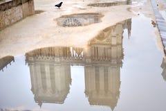 Reflexão na água, Paris da fachada da catedral de Notre Dame, França Imagens de Stock Royalty Free