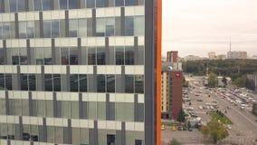 Reflexão na construção do negócio das janelas de vidro Construção da cidade e carro da estrada de cidade video estoque