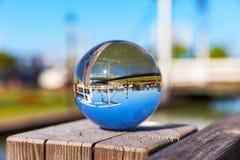Reflexão na esfera de vidro fora Fotografia de Stock