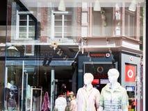 Reflexão na janela da loja na cidade de Aix-la-Chapelle Fotos de Stock Royalty Free