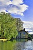 Reflexão na lagoa do moinho de Tickhill fotografia de stock royalty free