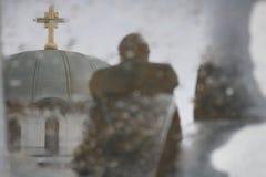 Reflexão na poça, Saint famoso Sava da igreja ortodoxa em Belgrado, Sérvia fotografia de stock