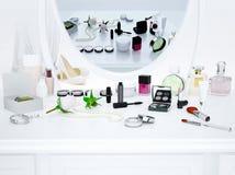 A reflexão no espelho Cosméticos e acessórios de forma fotografia de stock royalty free