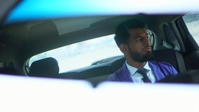 Reflexão no espelho de rearview do homem de negócios muçulmano novo video estoque