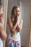 Reflexão no espelho do adolescente fotografia de stock