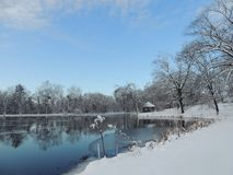 Reflexão no lago no dia de inverno bonito imagens de stock royalty free
